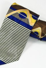 Cravata maro cu desene