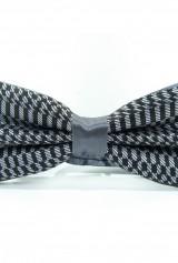 Papion gri cu forme geometrice pe negru